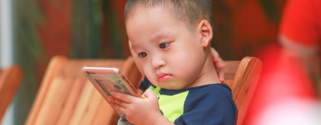 small child with smartphone